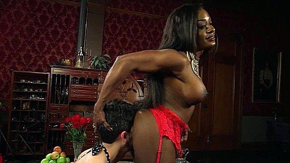 Сиськастая чернокожая госпожа унижает своего сексуального раба