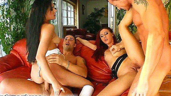 Девахи разобрали ухажеров и горячо ебутся на диване до спермы в пездах