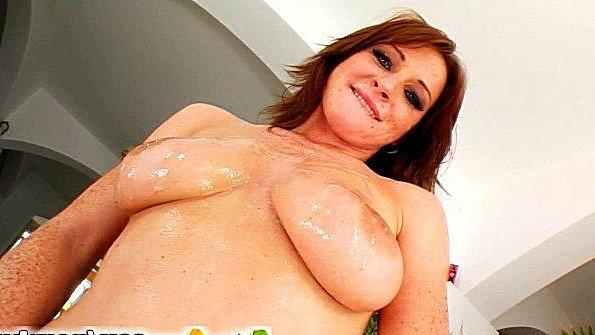 Деваха с массивными дойками получает полно спермы на свою грудь