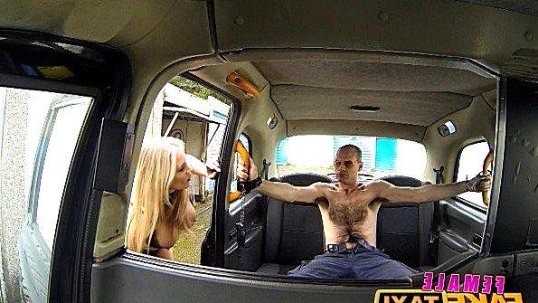 Женщина таксист с большими титями захотела поебаться с пассажиром