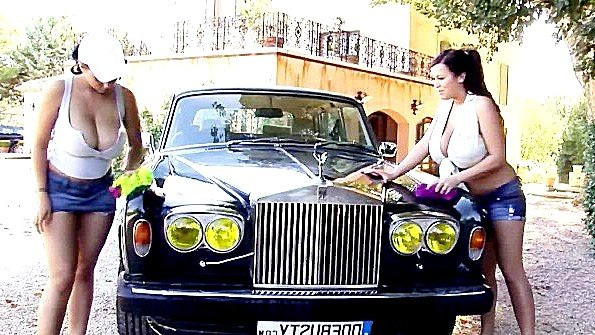 Красотки за 40 с большими сисями моют машину и обнажают дойки