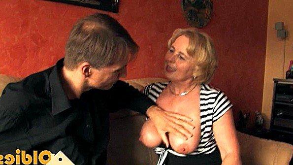 Баба с большой грудью убирает трусы в сторону и принимает хуй