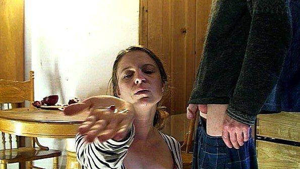 Женушка с большими сисяндрами встала раком у стола и дала себя выебать