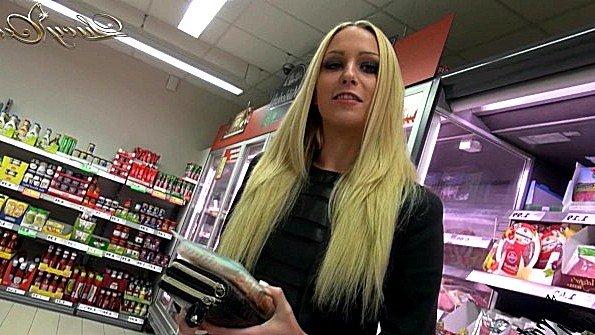 Шалунья трахается в попку с пикапером прямо в супермаркете