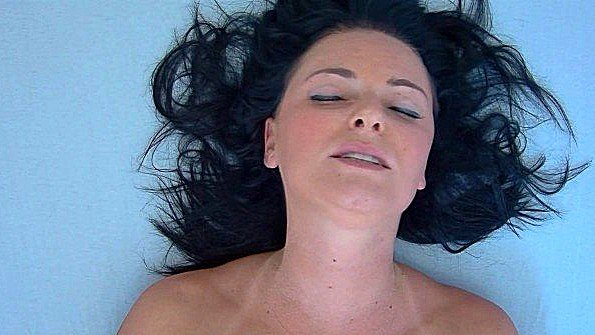 Тетка лежит с закрытыми глазами и балдеет от мастурбации пелотки