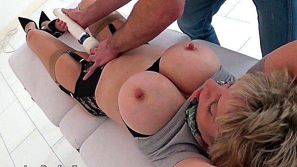 Дамочке с огромными сисями ласкают дупло с помощью вибратора