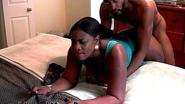 Сиськастая толстожопенькая негритянка покорно ебется с чуваком