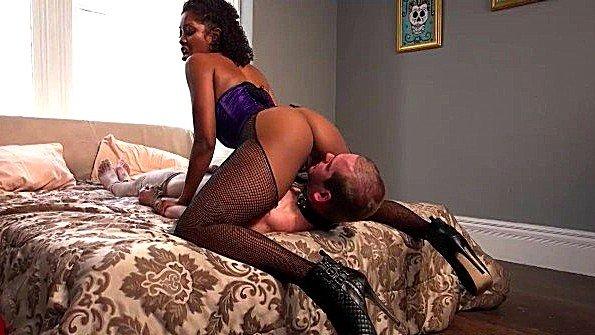 Темнокожая госпожа ебет раба в жопу и садится пиздой на его лицо