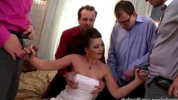 Невеста отсасывает у толпы гостей и жаждет заполучить их сперму