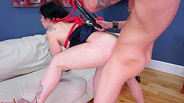 Грубо связанная рабыня облизала хуй и люто аналит задницу