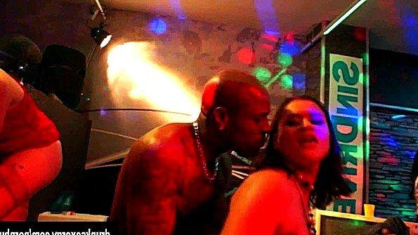 Девушки много пьют в клубе на вечеринке и трахаются со всеми подряд