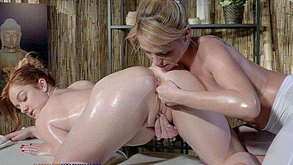 Массажистка активно ласкает пизду клиентки во время сеанса массажа