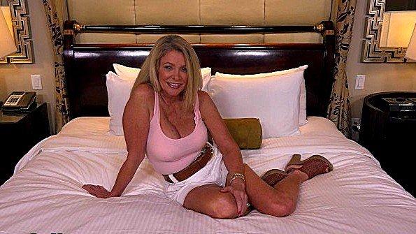 Тетка с большими сисяндрами демонстрирует крутую похоть в ебле