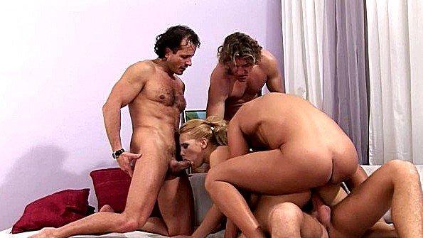 Шлюшка с массивными сисяндрами по варварски ебется с мужиками