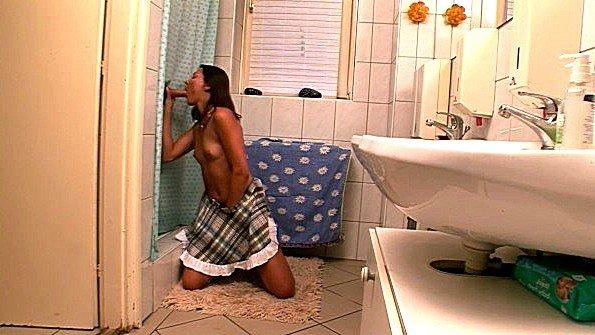 Облизала хуй через шторку в ванной и заслужила много спермы
