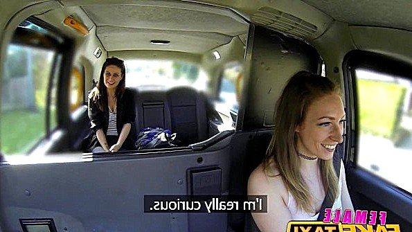 Женщина таксистка знакомится с пиздой пассажирки и смакует ласки