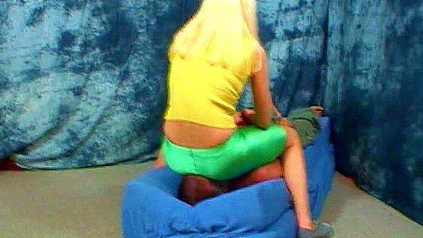 Баба сидит на лице раба промежностью в штанах и заставляет лизать