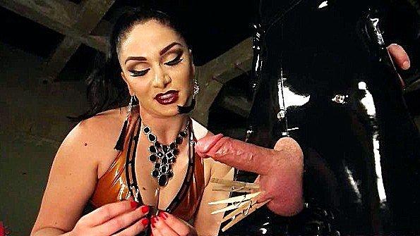 Госпожа ебет раба страпоном в анал и жестоко связывает его яйца