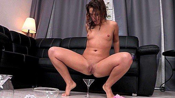 Молодая сучка треплет волосатку и ссытся прямиком в чашу для мочи