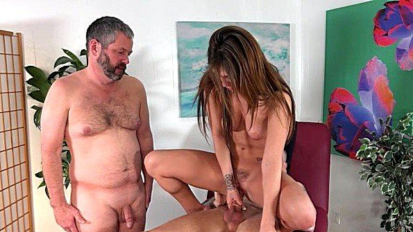 Муж пристально смотрит на бешеный трах жены с любовником