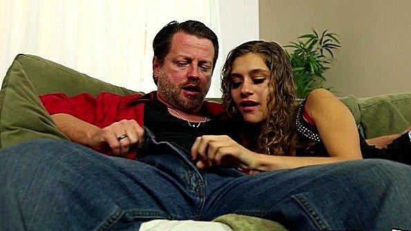 Дочь захотела увидеть член в штанах отца и спровоцировала секс
