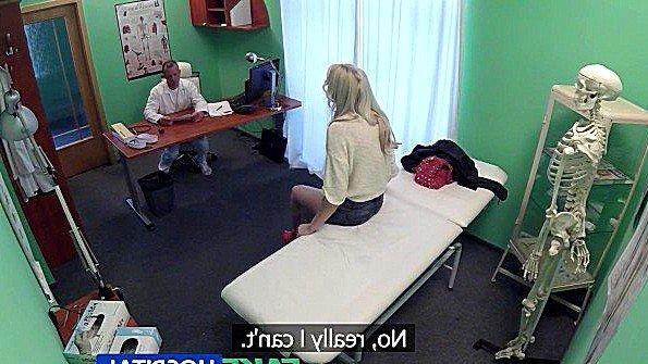 Длинноногая блондинка возбуждается на осмотре у доктора и ебется