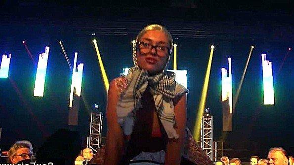 Игривая стриптизерша дрочит шмоньку вибратором прямо во время шоу