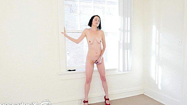 Женушка стоит голышом у окна и дразнит пелотку с наслаждением