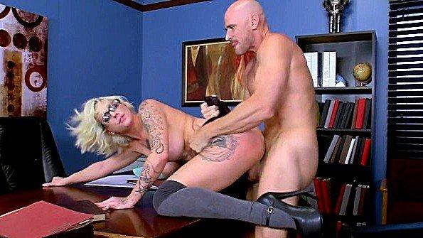 Большегрудая секретарша пошла на контакт с шефом и отдалась ему