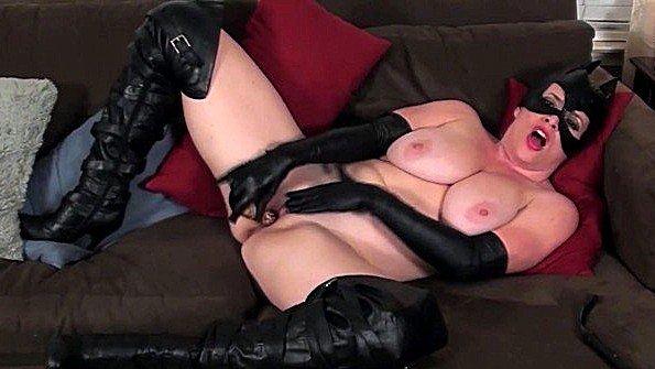 Женщина кошка с крупными титьками рукоблудничает шмоньку