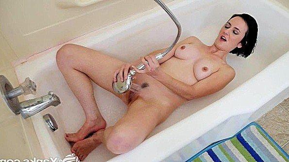 Дама с большими сисяндрами трет письку струей воды в ванной