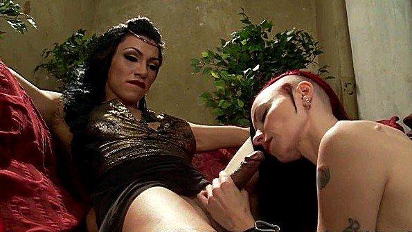 Грубый транс трахает шлюшку после горячего общения с ней