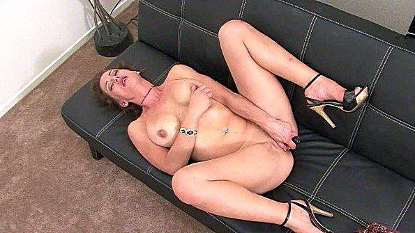 Зрелка дрочит манду на диване и шокирует дрочеров похотью