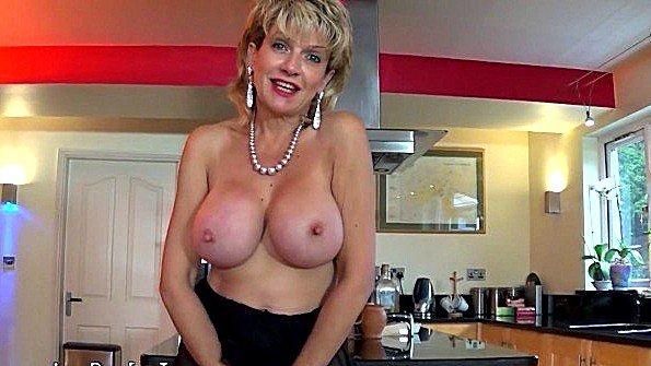 Дама с крупными дойками завлекает дрочеров к себе в гости прелестями