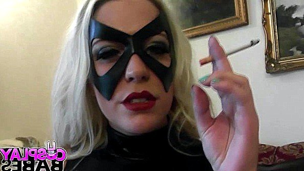 Красотка с большими сиськами в маске трогает пипиську и кончает