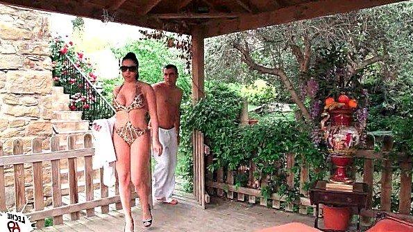 Дамочка с огромными титьками хочет поебаться после бассейна