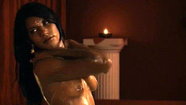 Индианка пикантно принимает ванну и показывает свое удовольствие