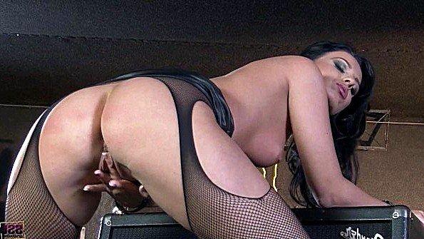 Домохозяйка в роскошных колготах дрочит пелотку с упоением