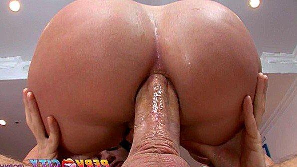 Толстожопая бабенка уверенно смакует хуй своей крутой задницей
