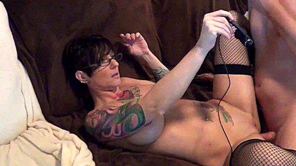 Зрелая татуированная жена в чулках грубо ебется с мужем перед камерой
