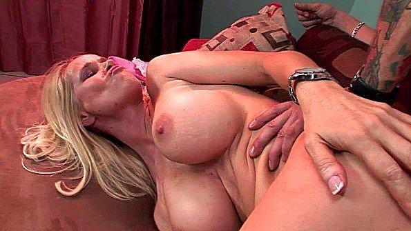 Женщина с большими сиськами жестоко ебется в попочку
