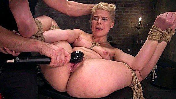 Сексуальную рабыню сильно и грубо ебет мучитель в связанном виде
