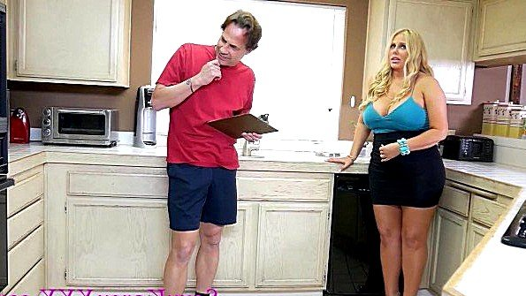 Зрелая домохозяйка с большими дойками платит еблей дизайнеру кухни