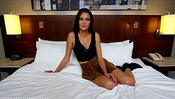 Сексапильная брюнетка красиво отсасывает член на порно кастинге