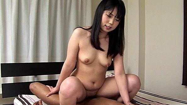Азиатская сучка умеет наслаждаться горячей еблей с партнером