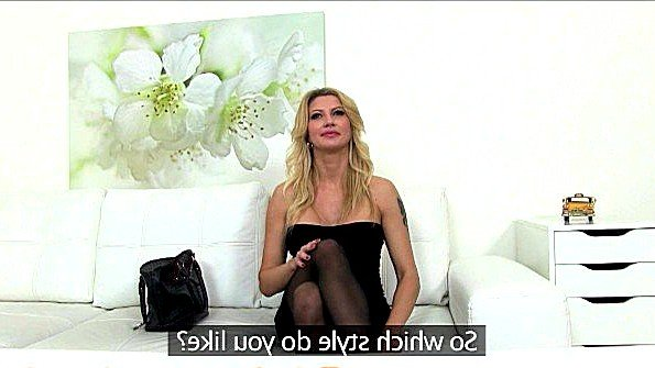 Порно агент трахает потрясающую матюру во время крутого интервью