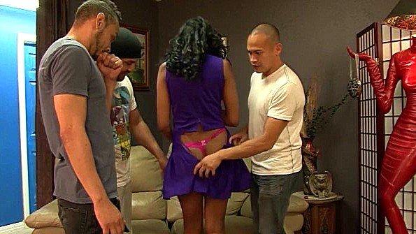 Негритянка из группы поддержки команды спаривается с тремя парнями