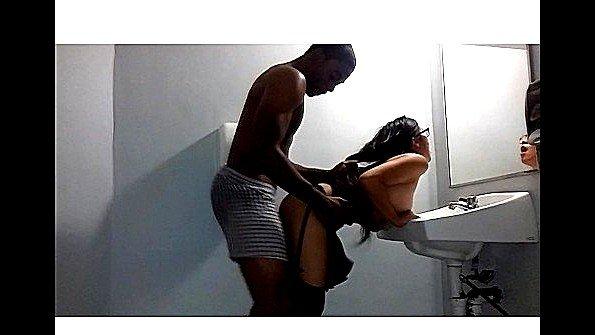 Негр ебет азиатку на раковине в туалете и попадает на скрытую камеру