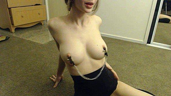 Нацепила зажимы на соски и мастурбирует пизду перед камерой