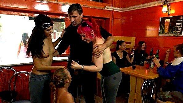 Девицы публично делают минеты и подставляют пезды в баре